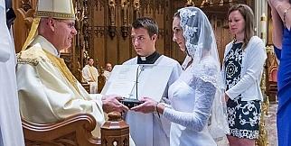 Bir ömür bakire olmak için evlendi...