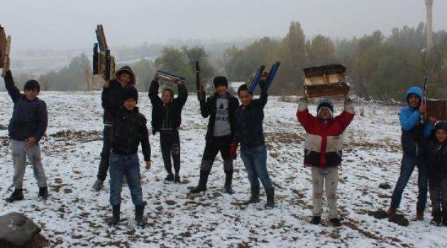 Ağrı'da çocukların kar keyfi