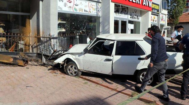 Çaldıkları otomobille kaçarken kaza yapan 2 kişi yaralandı