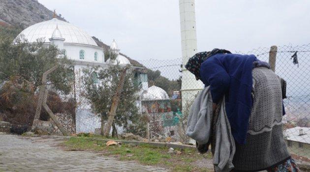 82 yaşında iki büklüm cami nöbeti