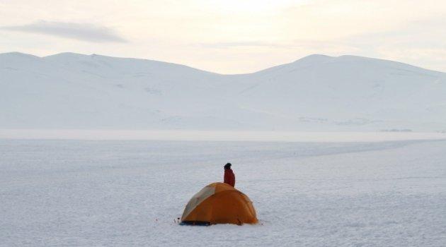 Çıldır Gölü'nün üzerine çadır kurdular