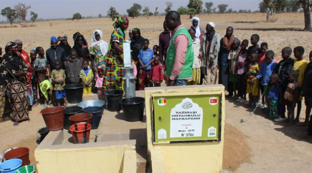 Köy okulundaki öğrenciler, Afrikalı çocuklar için su kuyusu açtırdı