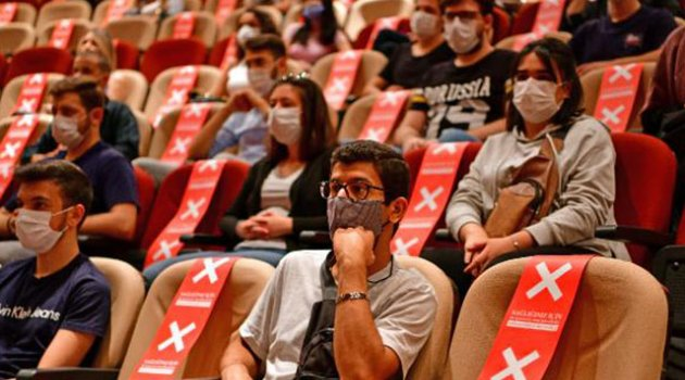 Üniversite öğrencilerine koronavirüs tedbirli yüz yüze oryantasyon