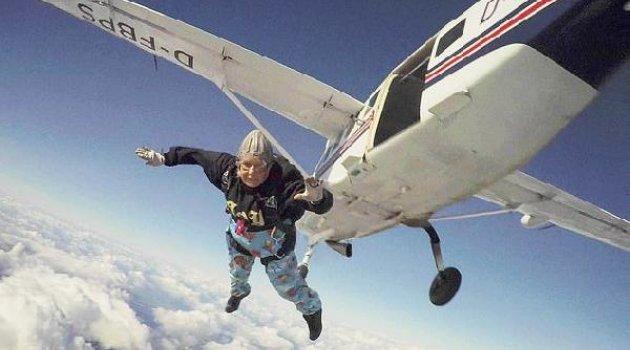 Paraşütle atlayan en yaşlı kişi öldü